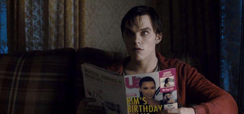 Nicholas Hoult sfoglia una rivista in una scena di Warm Bodies