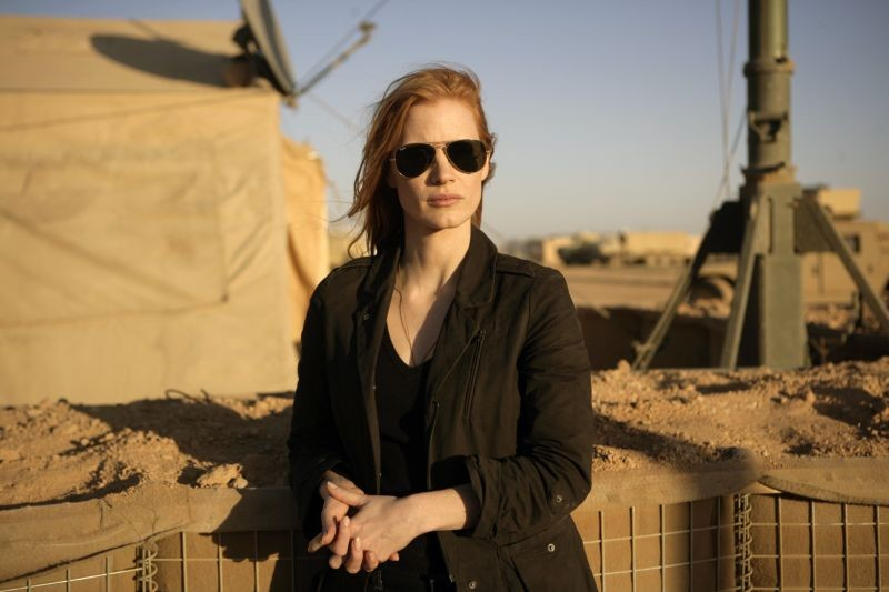 Operazione Zero Dark Thirty: Jessica Chastain nel deserto in una scena del film