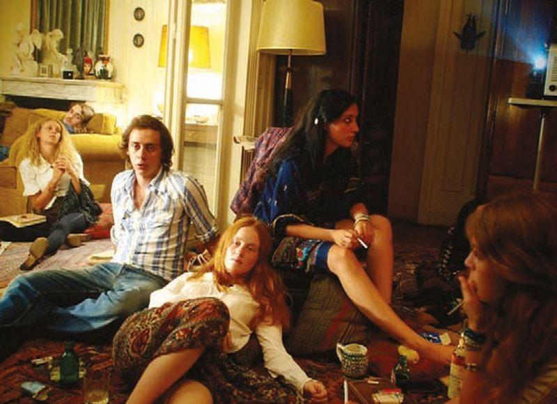 Qualcosa nell'aria: India Menuez, Carole Combes e Felix Armand in una scena del film