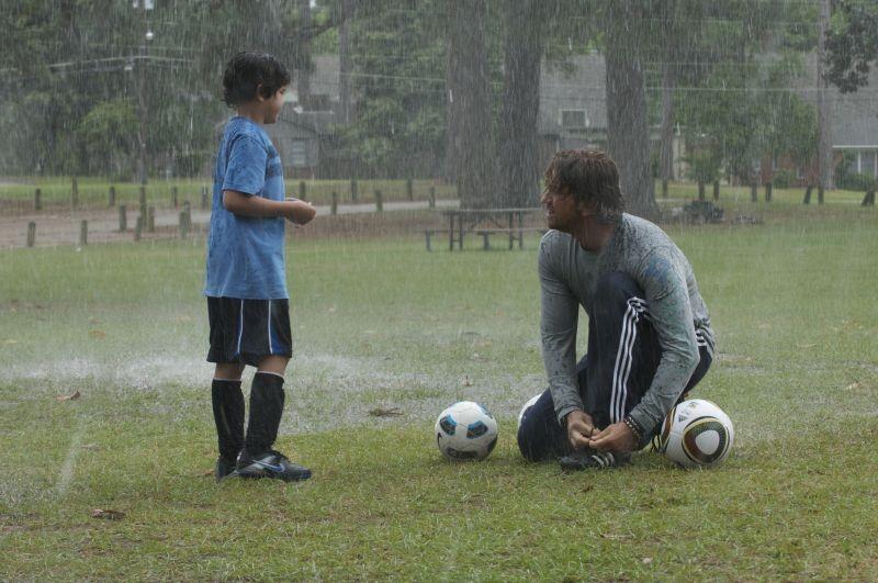 Quello che so sull'amore: Gerard Butler sotto la pioggia sul campo da calcio in una scena