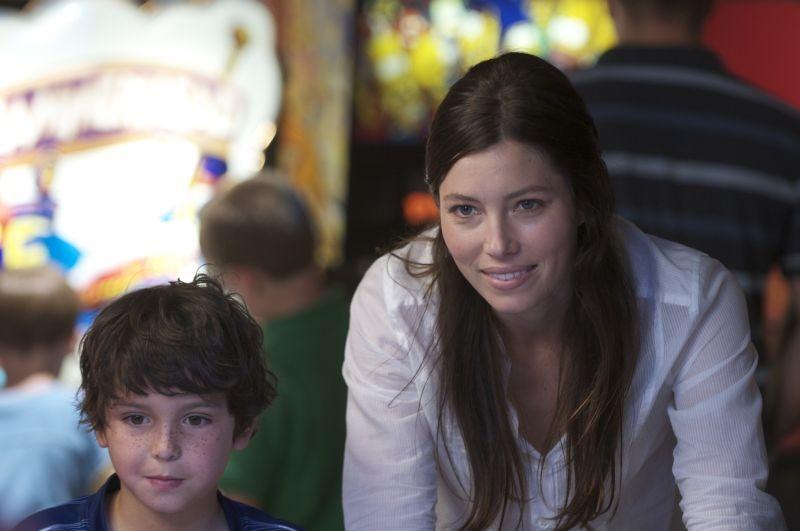 Quello che so sull'amore: Jessica Biel con Noah Lomax in un momento del film