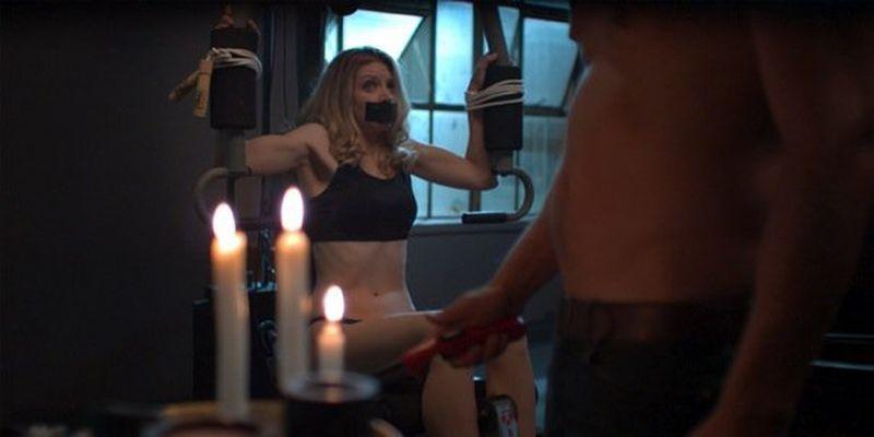 The Ghostmaker: Liz Fenning legata e imbavagliata alle prese con il suo torturatore