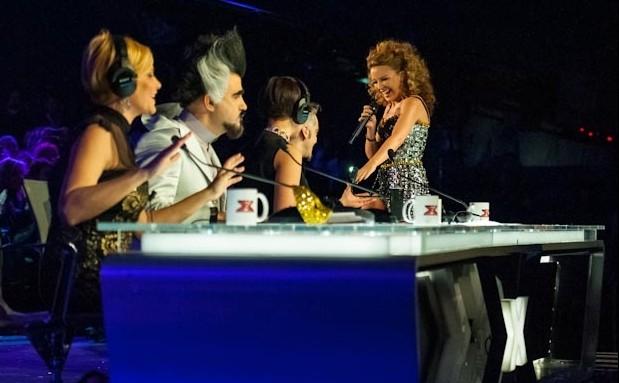 X Factor 6: Kylie Minogue si esibisce a tu per tu con i quattro giudici del talent nella prima finale