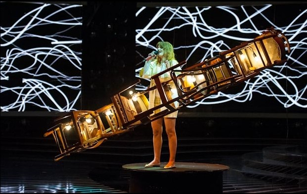X Factor 6: un momento suggestivo dell'esibizione di Chiara Galiazzo nella prima finale del 6 Dicembre