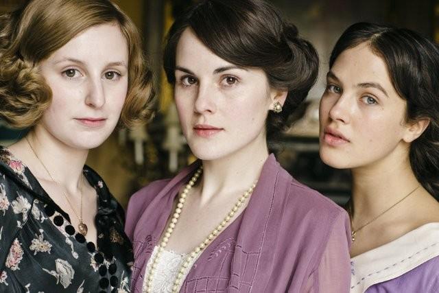 Downton Abbey: Michelle Dockery, Jessica Brown Findlay e Laura Carmichael in una foto promozionale della serie