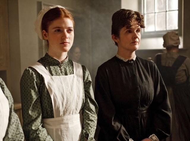 Downton Abbey: Siobhan Finneran e Rose Leslie in una scena della serie