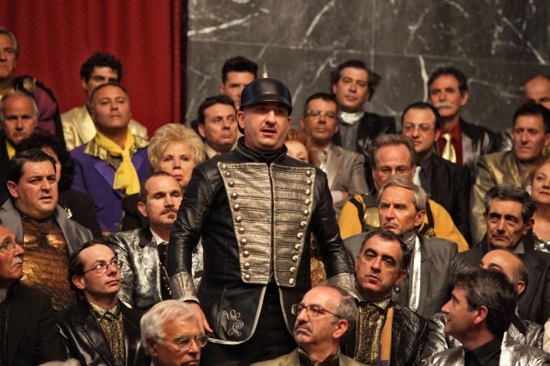 Tutto tutto niente niente: Antonio Albanese tra la folla in una scena del film è Olfo Favaretto