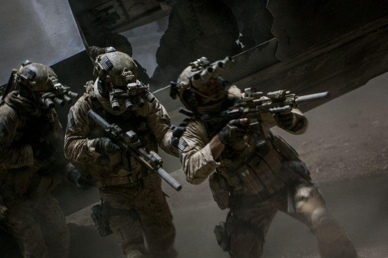 Operazione Zero Dark Thirty: marines in azione in una scena d'azione del film