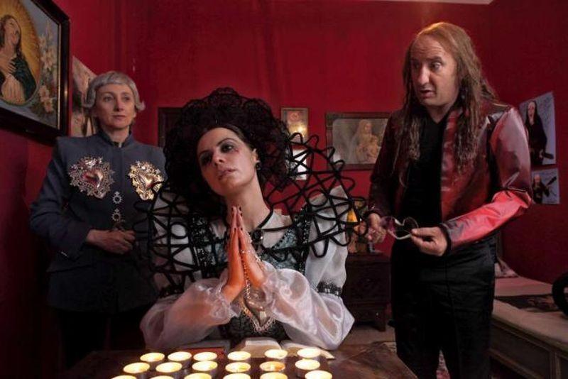 Tutto tutto niente niente: Antonio Albanese, Viviana Strambelli e Lunetta Savino in una scena del film