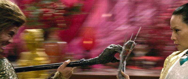 L'uomo con i pugni di ferro: Lucy Liu è Madame Blossom durante un combattimento