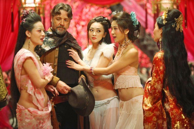 L'uomo con i pugni di ferro: Russell Crowe e Jamie Chung in una scena del film