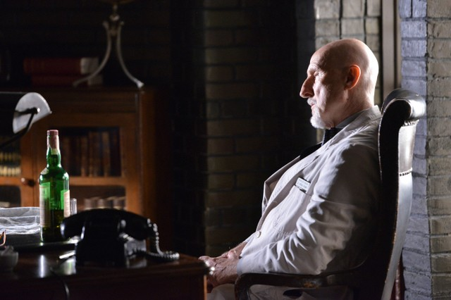 American Horror Story, Asylum -  James Cromwell nell'episodio The Coat Hanger