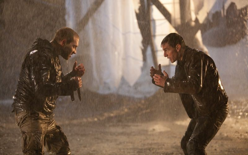 Jack Reacher: Jai Courtney e Tom Cruise lottano in una scena