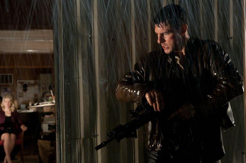 Jack Reacher: Tom Cruise sotto la pioggia in azione in una scena del film