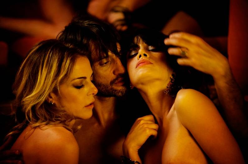 Tulpa: Claudia Gerini insieme a Crisula Stafida e Ivan Franek in una scena bollente