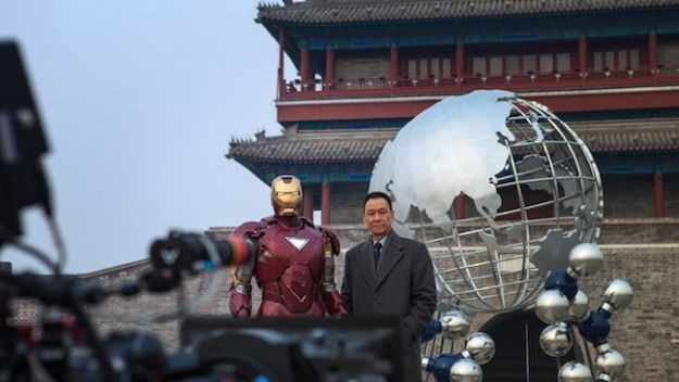 Iron Man 3: Wang Xuequi e Robert Downey Jr. in una scena del film
