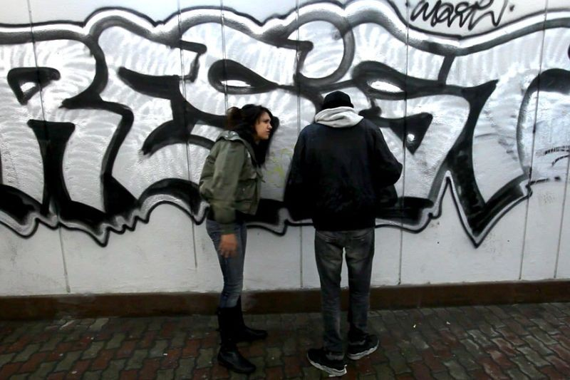 Vietato Morire: graffiti in una scena del documentario sul recupero dalla tossicodipendenza