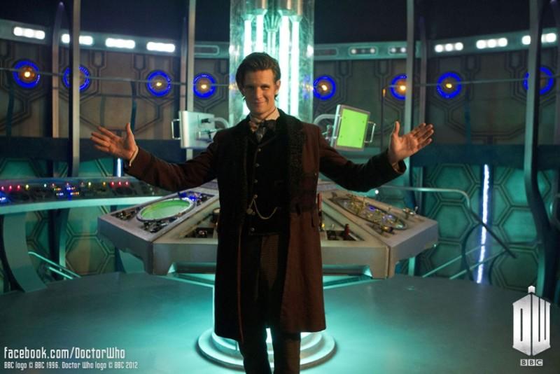 Doctor Who: Matt Smith con la nuova console del Tardis in una foto promozionale