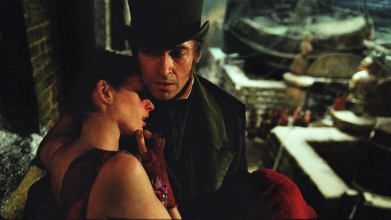 Hugh Jackman soccorre Anne Hathaway in una scena di Les Misérables