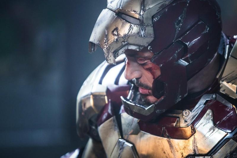Iron Man 3: un primo piano di Robert Downey Jr. ferito dopo lo scontro col terribile nemico