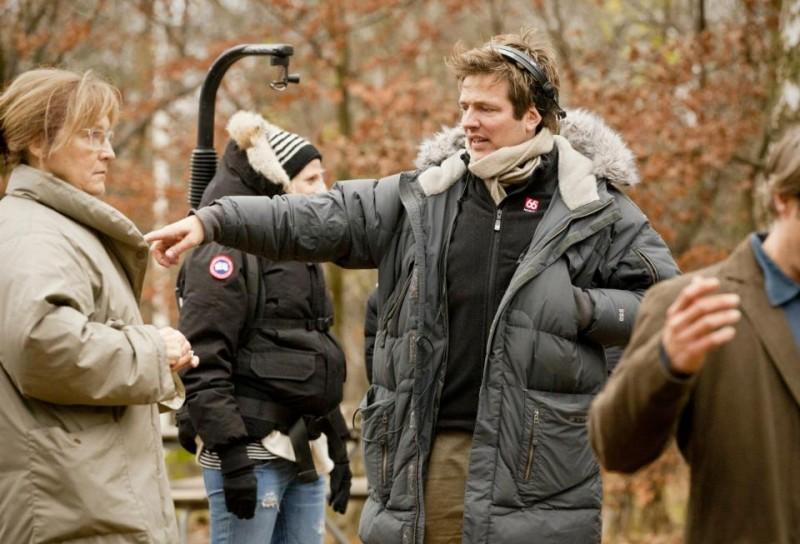 The Hunt: il regista Thomas Vinterberg circondato dai collaboratori sul set del film