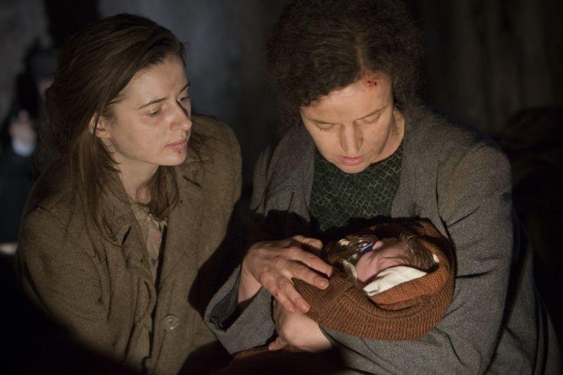 In Darkness: Agnieszka Grochowska in una scena del film con Maria Schrader