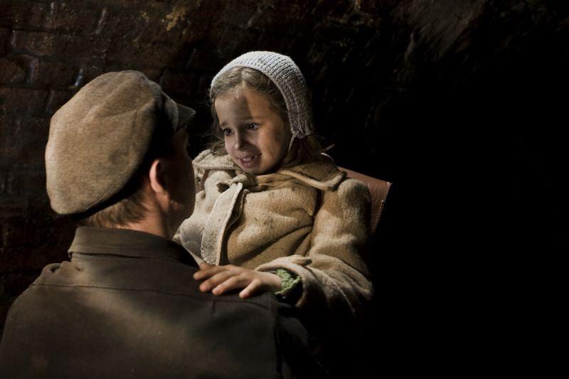 In Darkness: Robert Więckiewicz in una scena insieme a Milla Bańkowicz