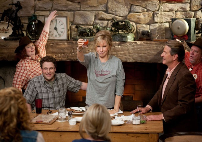 Barbra Streisand accanto a Seth Rogen in una scena della commedia The Guilt Trip