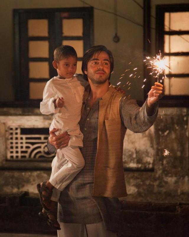 Midnight's Children: Satya Bhabha con il piccolo Mohamed Safran Sarron