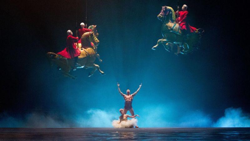 Cirque du Soleil: Mondi lontani 3D, cavalli volanti in una scena del film