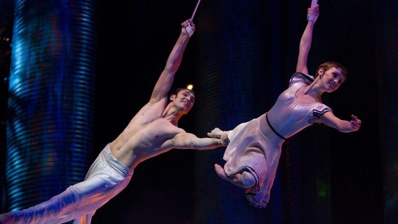 Cirque du Soleil: Mondi lontani 3D, Erica Kathleen Linz con il trapezista Igor Zaripov in una scena