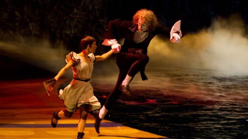 Cirque du Soleil: Mondi lontani 3D, Erica Kathleen Linz in una scena insieme al clown