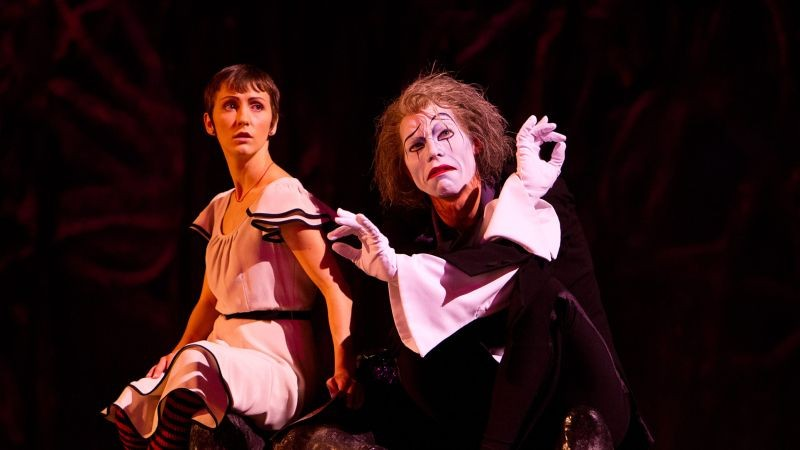 Cirque du Soleil: Mondi lontani 3D, la protagonista Erica Kathleen Linz in una scena insieme al clown