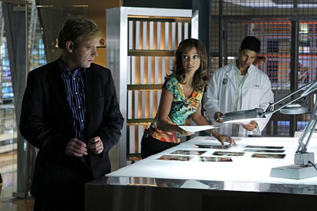 CSI Miami: Adam Rodriguez, David Caruso e Eva La Rue in una scena dell'episodio Il cadavere della decima stagione