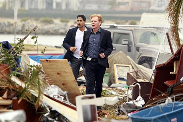 CSI Miami: Adam Rodriquez e David Caruso e Jonathan Togo nell'episodio Spazzati via, della decima stagione