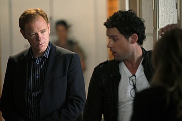 CSI Miami: David Caruso e Ben Hollingsworth in una scena dell'episodio Poker e morte della decima stagione