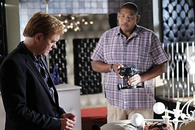 CSI Miami: David Caruso e Omar Benson Miller in una scena dell'episodio Poker e morte della decima stagione