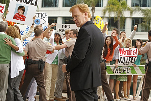 CSI Miami: David Caruso in una scena dell'episodio Gli assassini della pineta, della decima stagione