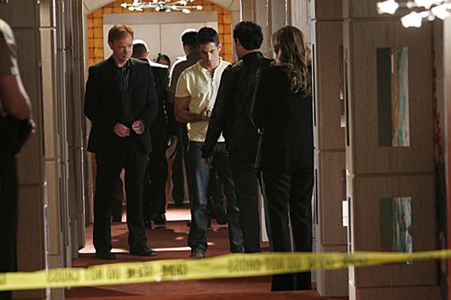 CSI Miami: David Caruso, Jonathan Togo, Ben Hollingsworth, Drea de Matteo in una scena dell'episodio Poker e morte della decima stagione