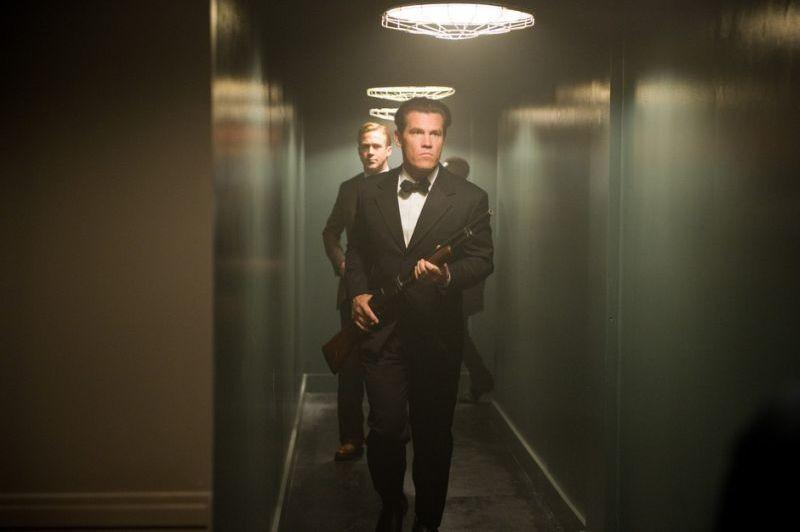 Gangster Squad: Ryan Gosling e Josh Brolin si preparano per una retata in una scena