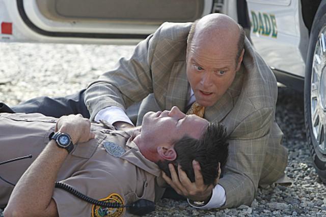 Rex Linn e Dylan Osean in un momento dell'episodio Col passare del tempo della decima stagione di CSI Miami