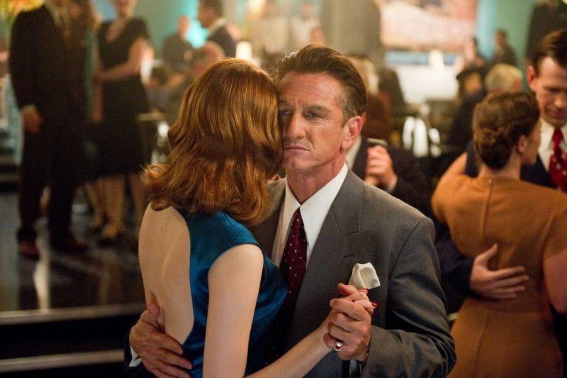 Sean Penn balla con Emma Stone in una scena di Gangster Squad