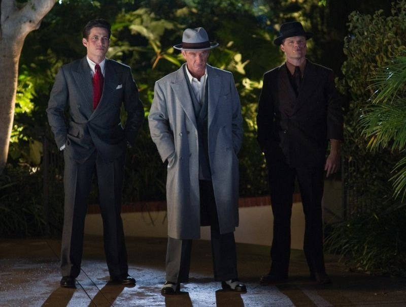 Sean Penn in una scena di Gangster Squad insieme ai due scagnozzi James Carpinello ed Evan Jones