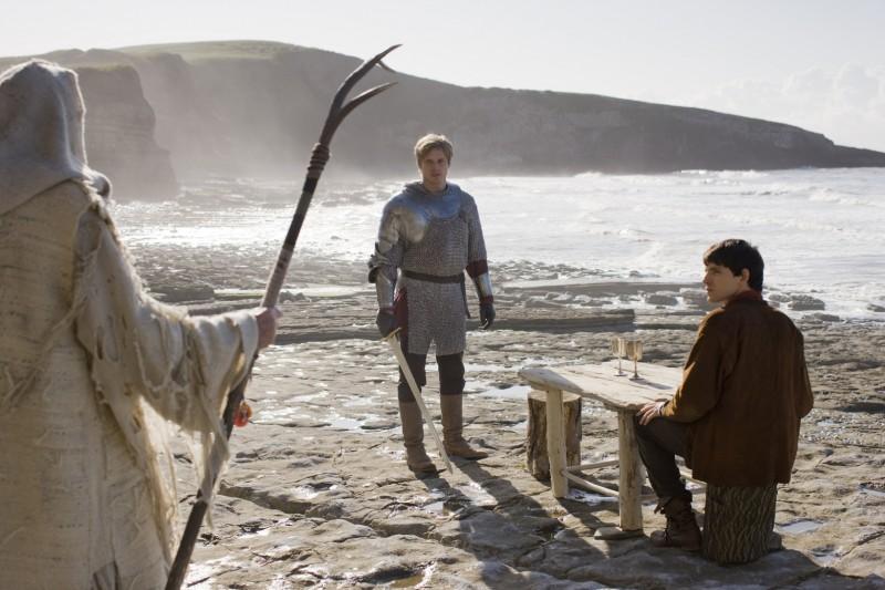 Merlin: Bradley James con Colin Morgan in una scena dell'episodio Il labirinto Gedref, della prima stagione