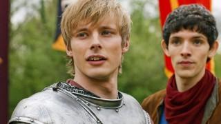 Merlin: Colin Morgan e Bradley James in una scena dell'episodio La Regina del passato e del futuro, della seconda stagione
