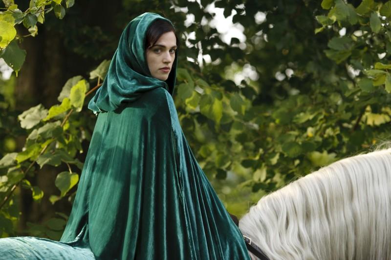Merlin: Katie McGrath durante una scena dell'episodio Uccidere il Re della prima stagione