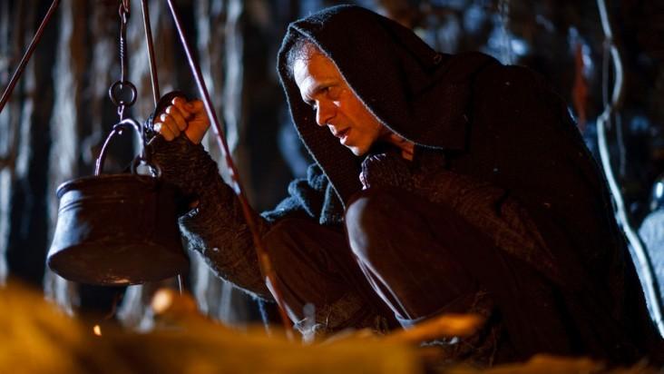 Merlin: Adam Godley durante una scena dell'episodio La bella e la bestia: Parte 2, della seconda stagione