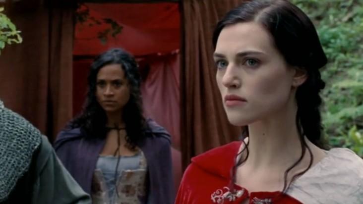 Merlin: Angel Coulby e Katie McGrath in una scena dell'episodio Lancillotto e Ginevra della seconda stagione