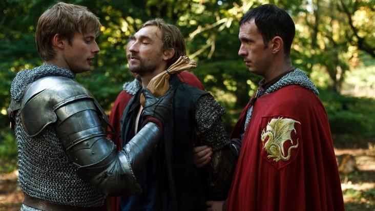Merlin: Bradley James insieme a Joseph Mawle in una scena dell'episodio La rianimazione della strega, della seconda stagione