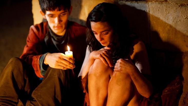 Merlin: Colin Morgan con Laura Donnelly in una scena dell'episodio La dama del lago, della seconda stagione